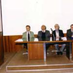 6 dicembre 1996, Università Popolare di Biella: Manifestazione di chiusura dell'Anno Accademico. Tavolo dei relatori. Un momento della relazione di Italo Zamprotta, al centro del tavolo G. Rinaldi, all'epoca vicepresidente della CNUPI