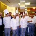 Foto ricordo a conclusione della precedente manifestazione. Da destra: n° 1 lo chef Circelli, n° 2 il prof. Manzi, n° 6 lo chef Campoli, docenti del Corso. Primo da sinistra G.Rinaldi.
